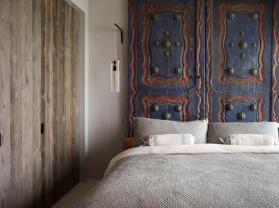dormitorio-cabecero-hecho-con-puertas-antiguas-tailandesas blogs.hoy.es