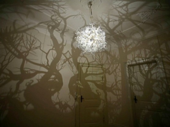 surrealistic-chandelier-with-a-mirroring-effect-2-554x415